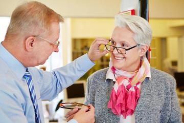 Augenoptiker bei Beratung