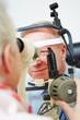 Augenärztin untersucht Mann
