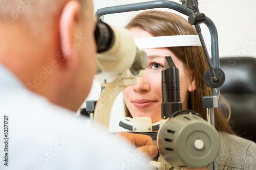 canvas print picture Untersuchung bei Augenarzt mit Spaltlampe