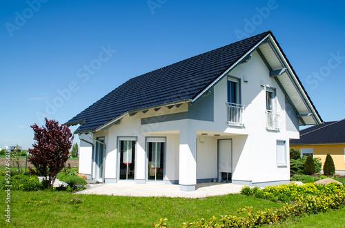 Leinwandbild Motiv Einfamilienhaus