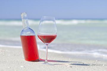 Vino rosato in spiaggia