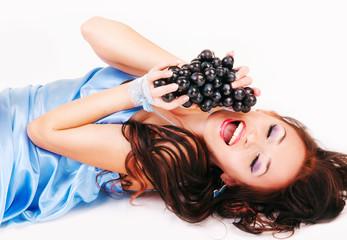 улыбающаяся девушка с веткой винограда