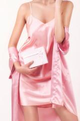 девушка в розовой ночной рубашке с коробочкой в руке