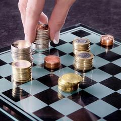 Mit Geld spielen, Hand spielt Zug