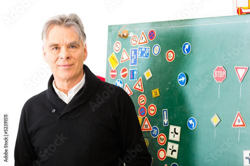 Fahrlehrer in seiner Klasse