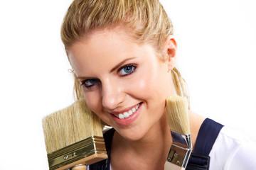 Junge hübsche Frau mit Maler Pinsel lacht freundlich