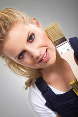 Junge hübsche Frau mit Maler Pinsel