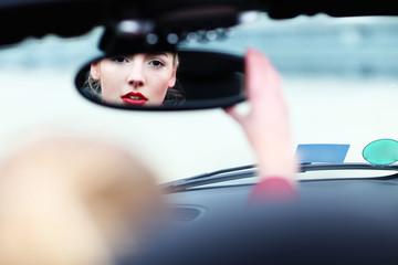 attraktive Frau im Rückspiegel