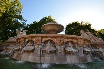 Sonnenaufgang am Brunnen