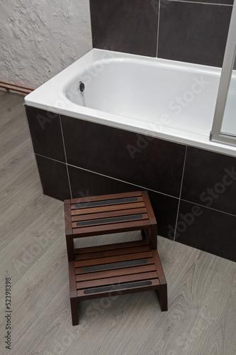 marche pied de baignoire en bois de mariesacha photo. Black Bedroom Furniture Sets. Home Design Ideas