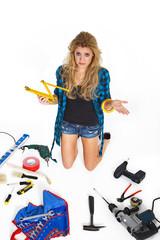 Junge hübsche Frau mit Handwerkzeug ratlos
