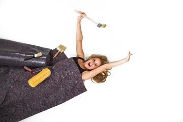 Junge hübsche Frau mit Maler Teppich schläft und gähnt
