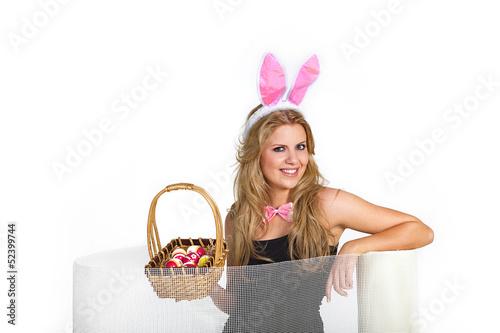 Frau sitzt lustig hinter Glasfaser Gittermatte Zaun