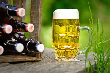 historische Bierflaschen und gefülltes Bierglas