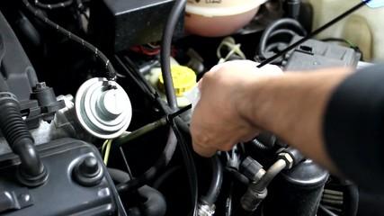 Mecanico comprobando el nivel de aceite del motor