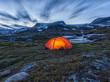 Beleuchtetes Zelt in der Nacht in Norwegen
