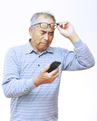 携帯電話を利用する男性