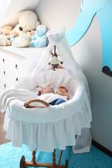 Baby schläft im Kinderzimmer