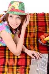 девушка в летней шляпке на пикнеке