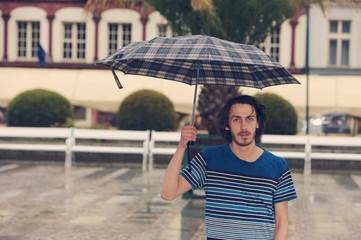 Mann mit dem Regenschirm