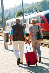 Älteres Senioren Paar am Bahnhof