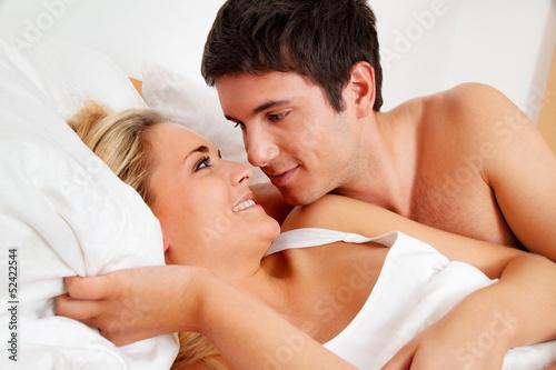 Paar hat Spass im Bett