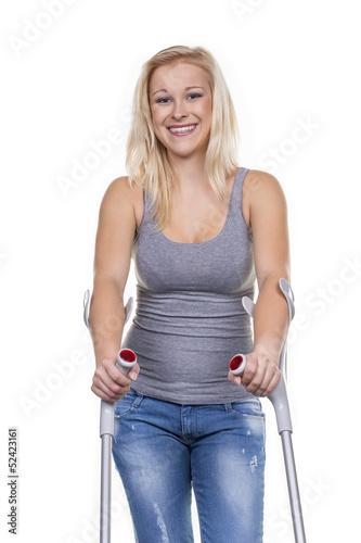 Frau mit Krücken