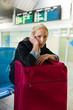 Geschäftsfrau wartet am Flughafen