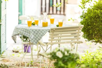 Tisch mit Saft auf der Terrasse