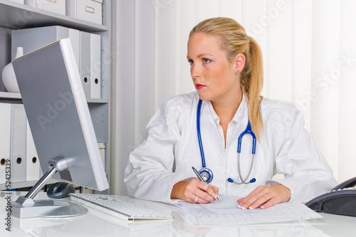 """Ã""""rztin mit Stethoskop"""