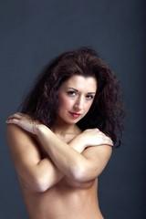 Nackte Frau mit vor der Brust verschränkten Armen