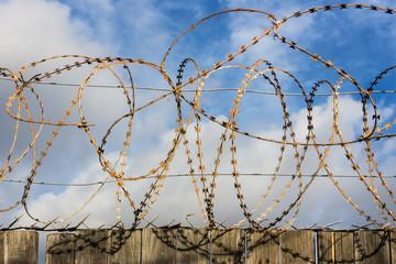 Zaun, Absperrung, Stacheldraht
