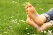 Füße auf einer Wiese