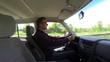 Mann fährt Auto. Zeitraffer