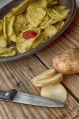 Картофельные чипсы    и молодой картофель