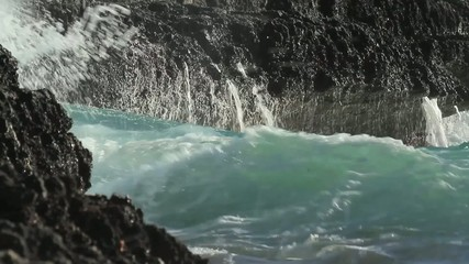 Brandung an Felsenküste