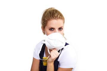 Frau mit Staubschutzmaske