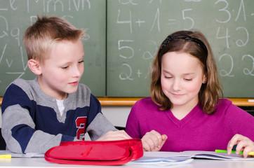 aufmerksame kinder in der schule