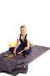Junge hübsche Frau mit Maler Utensilien auf Teppich