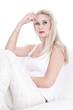 Nachdenkliche junge Frau isoliert in weiß