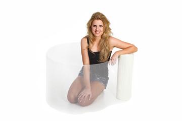 Frau sitzt  in Gitter Faser Matten Zaun