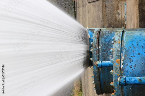 Deurstickers Kanaal Water spray from pipe