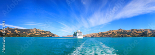 Papiers peints Nouvelle Zélande Panoramic view from the banks of Akaroa at the ship anchored