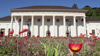 Blumenbeet vor dem historischem Gebäude.