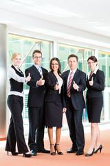 Business - Gruppe von Geschäftsleuten im Büro