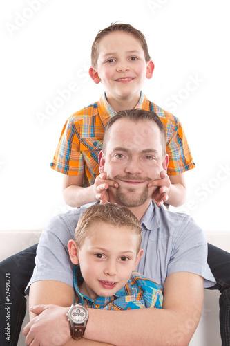 Allein erziehender Vater mit seinen Söhnen