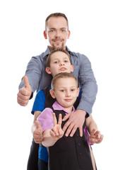 Alleinerziehender Vater mit seinen beiden Kindern
