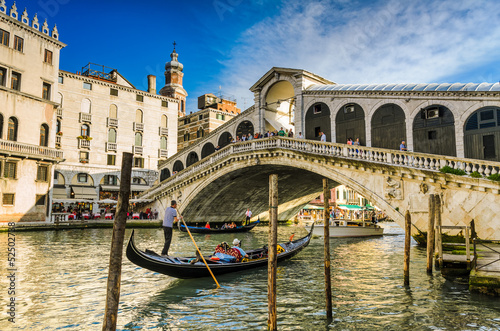Plexiglas Venetie Gondola at the Rialto bridge in Venice, Italy