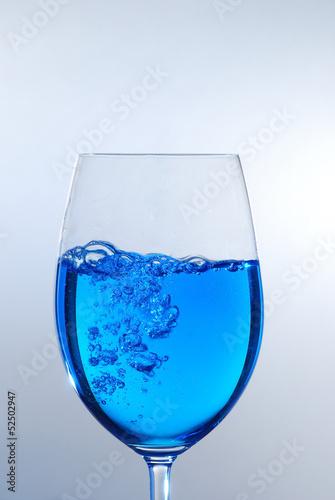 blaue fluessigkeit im glas