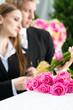 Leute auf Beerdigung mit Sarg nehmen Abschied